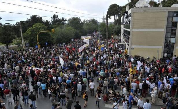 Manifestations en Grèce contre la fermeture des chaînes publiques