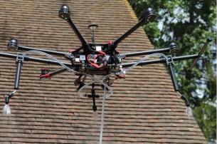 Drone Spray pour nettoyer les toitures par Drone Volt